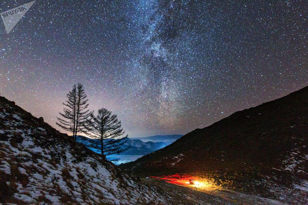 Mléčná dráha v údolí řeky Anga, která ústí do jezera Bajkal