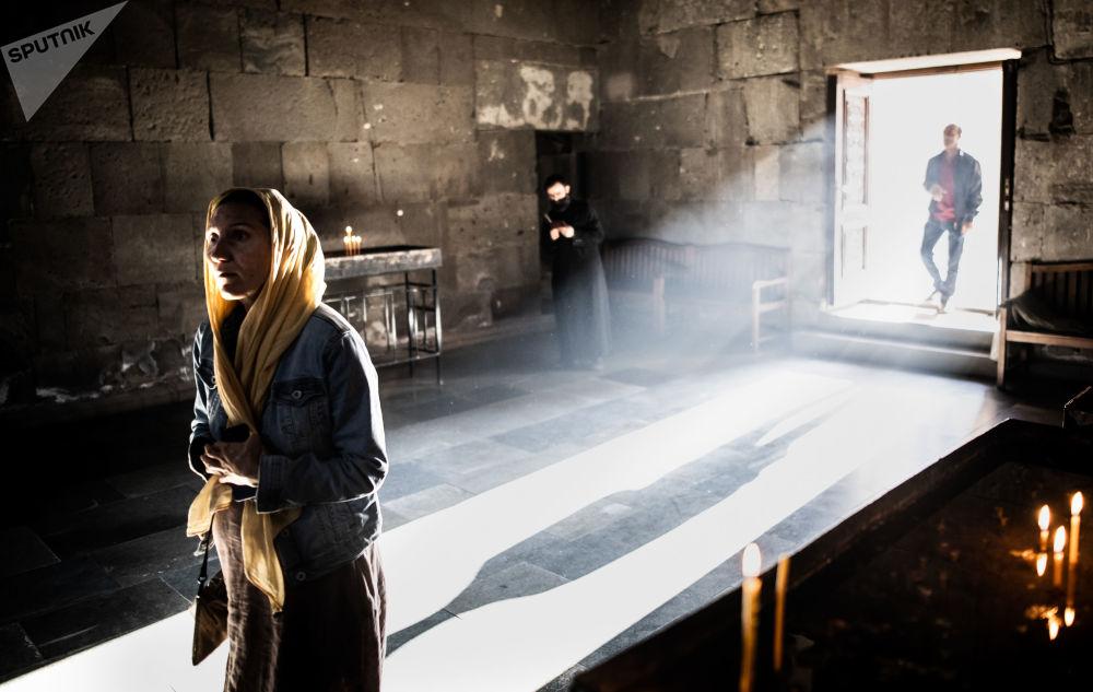 Věřící v Tatevském klášteře v arménské provincii Sjunik