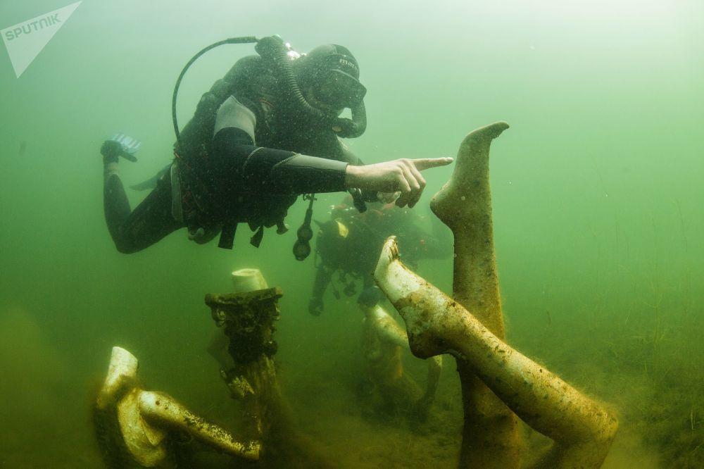 Potápěči plavou pod vodou v Konstantinovském lomu v Tverské oblasti