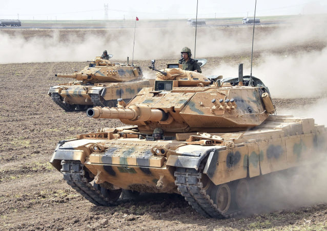 Tanky turecké armády během vojenských cvičení Turecka a Iráku na irácko-turecké hranici