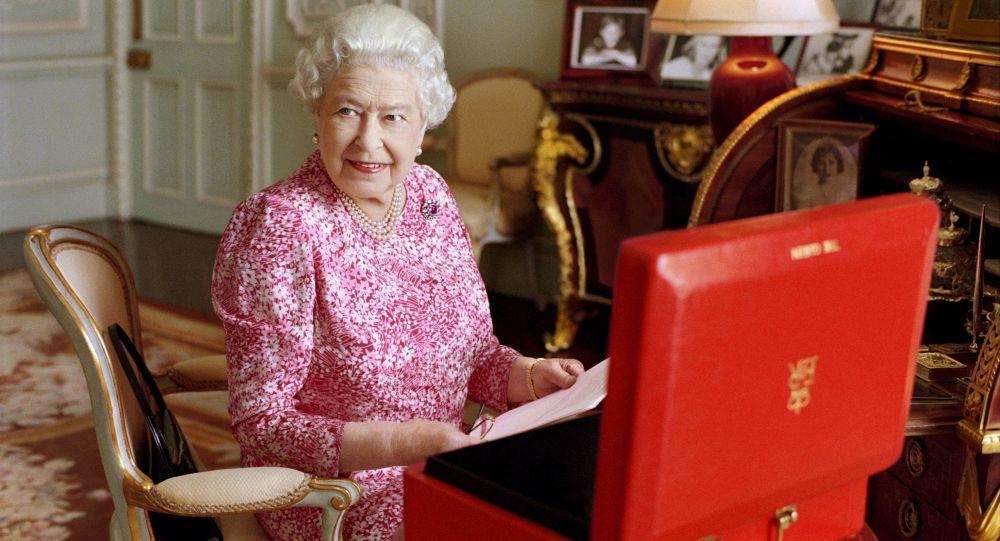 Královna Velké Británie Alžběta II v přijímacím pokoji v Buckinghamském paláci v Londýně.