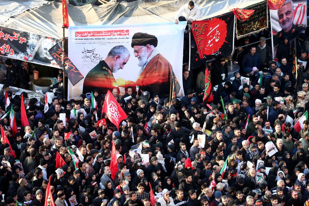 Stovky tisíc lidí se v Teheránu zúčastnily smutečního průvodu, aby se rozloučily s generálem Kásimem Sulejmáním