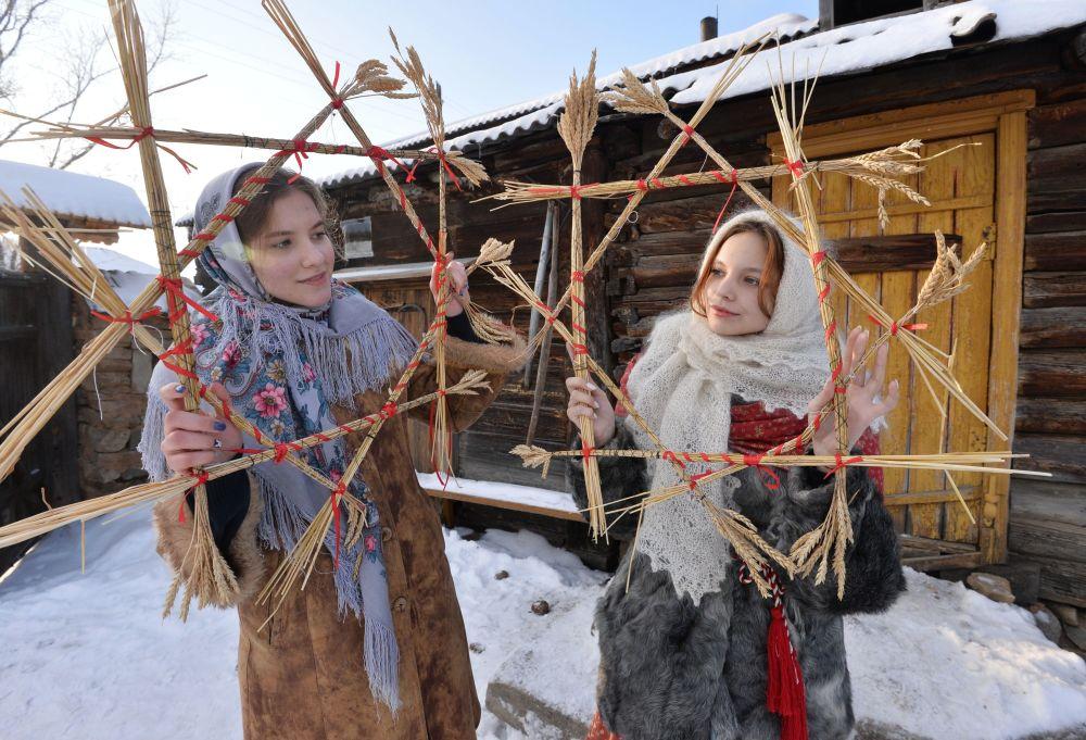 Dívky během svátků v kozácké vesnici Černorechye v Čeljabinské oblasti