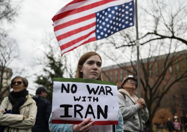 Účastníci protiválečného protestu před Bílým domem ve Washingtonu