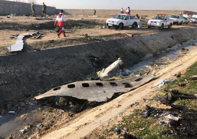 Na místě katastrofy letadla Boeing 737-800 v Íránu