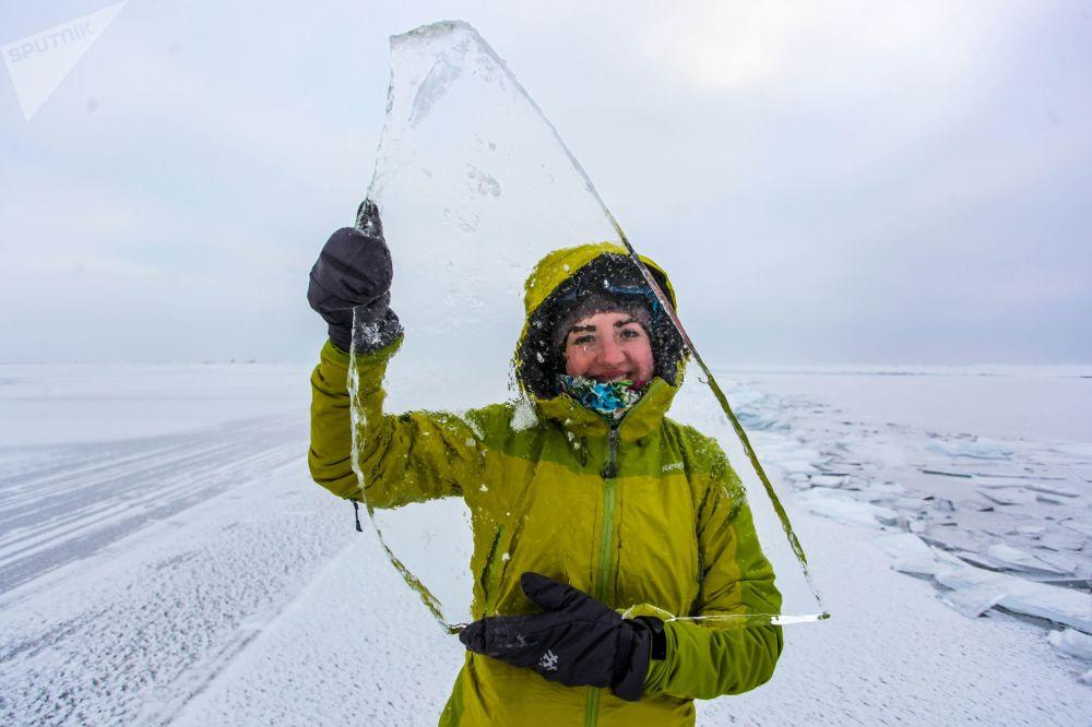 Dívka s kusem ledu na jezeře Bajkal