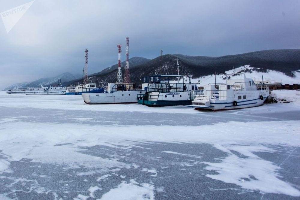 Lodě u jezera Bajkal