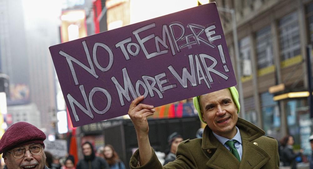 Muž se připojí k protiválečnému protestu na Times Square v New Yorku 4. ledna 2020