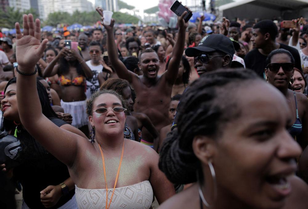 Žhavé tance a potyčky s policii. V Brazílii byla zahájena karnevalová sezóna