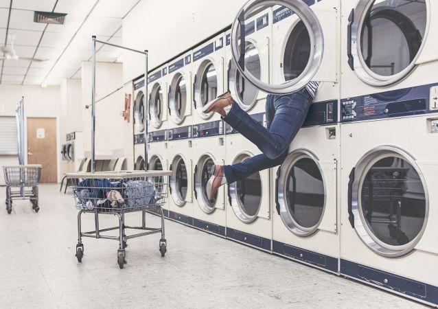 Dívka při praní v prádelně
