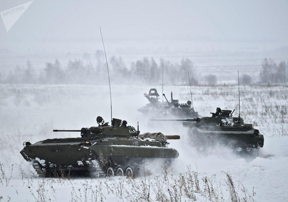 BVP-2 na lyžařském výcviku vojáků motorizovaných jednotek v Kemerovské oblasti