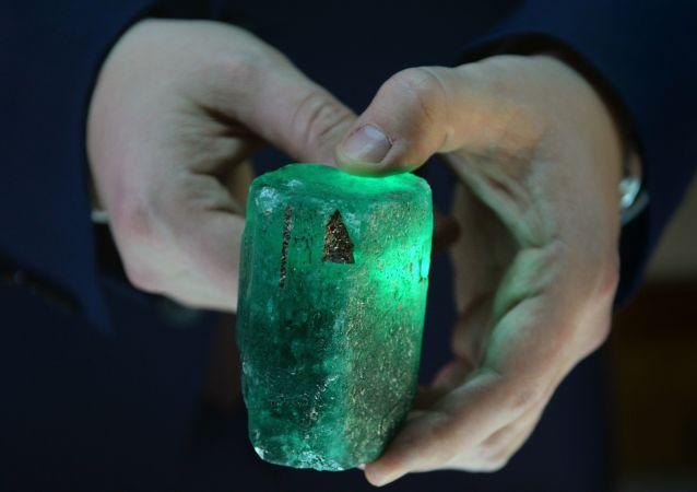 smaragd, který se objevil v Mariinském dole, váží půl kilogramu