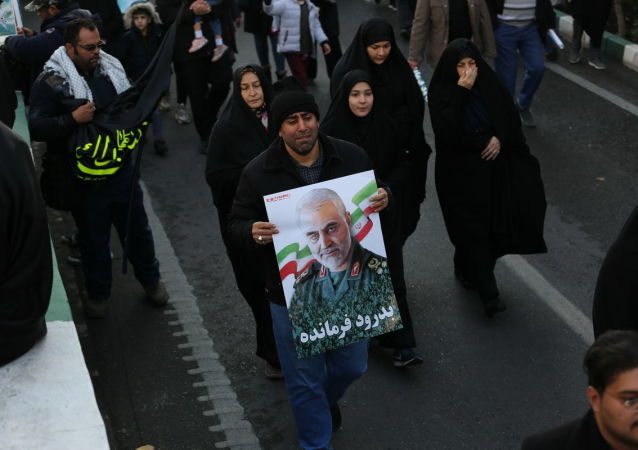 Pohřební průvod v Teheránu u příležitosti rozloučení se s generálem Sulejmáním a dalšími oběťmi amerického útoku v Iráku