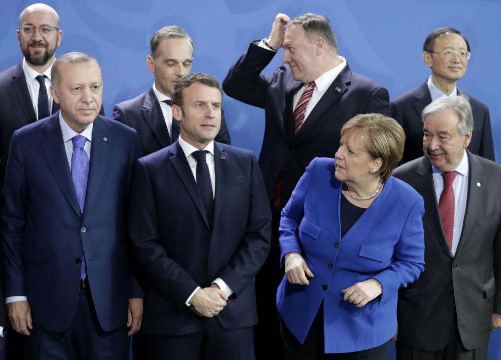 Generální tajemník OSN António Guterres, německá kancléřka Angela Merkelová, prezident Turecka Recep Tayyip Erdogan a prezident Francie Emmanuel Macron na mezinárodní konferernci v Berlíně