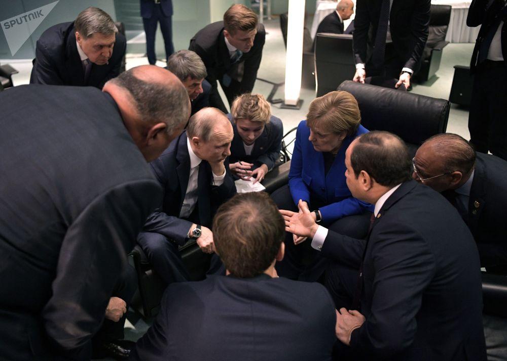 Vladimir Putin, Angela Merkelová a Abd al-Fattáh as-Sísí na mezinárodní konferenci v Berlíně