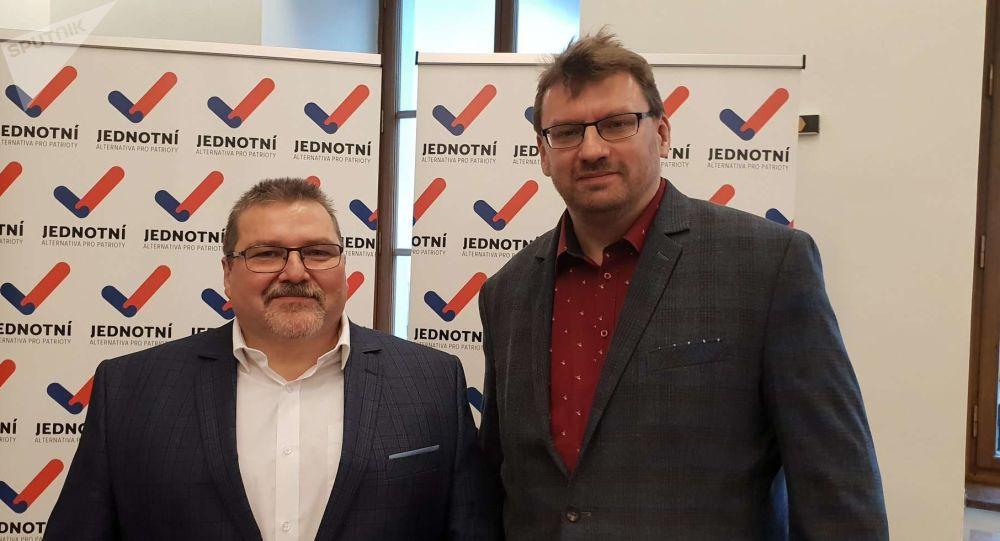 Čeští poslanci za Jednotní – alternativa pro patrioty Marian Bojko a Lubomír Volný