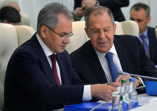 Ruský ministr zahraničí Sergej Lavrov a ruský ministr obrany Sergej Šojgu.