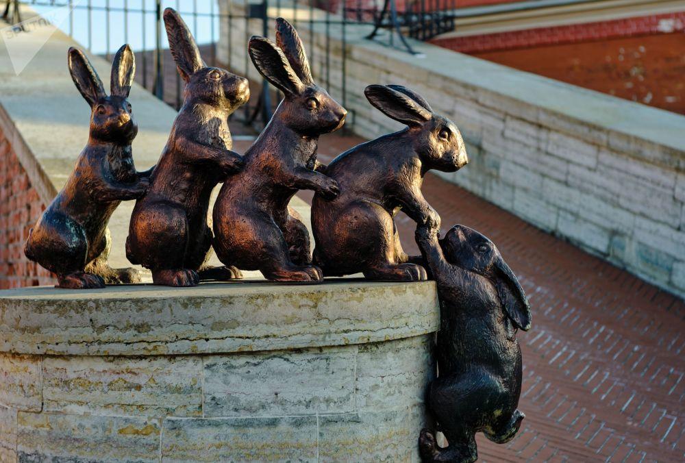 Sousoší zajíců (symbol Zaječího ostrova) v Petropavlovské pevnost