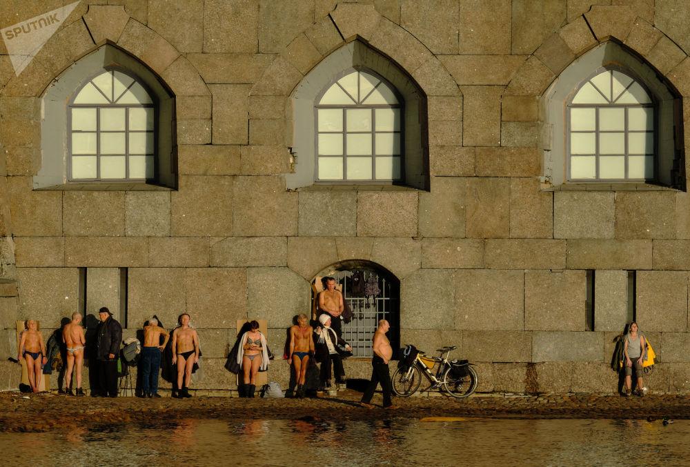 Lidé se sluní na pláži u Petropavlovské pevnosti
