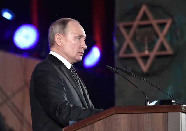 Prezident Vladimir Putin vystupuje na ceremonii odhalení pomníku obyvatelům a obráncům Leningradu Svíce paměti v Jeruzalémě.