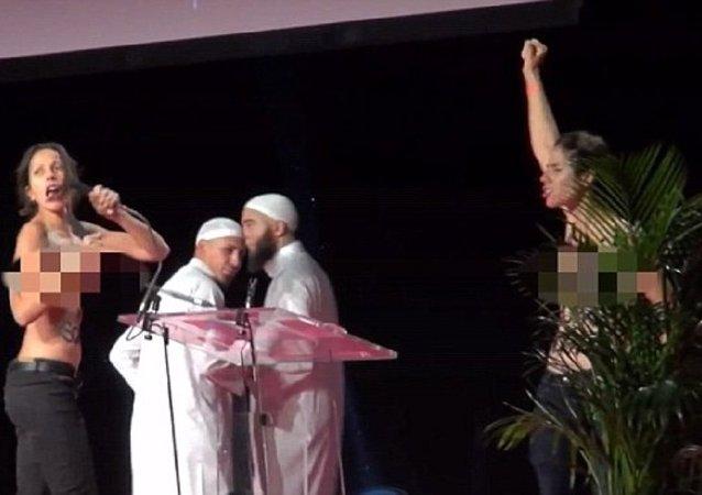 Topless aktivistky Femen pronikly na muslimské fórum v Paříži