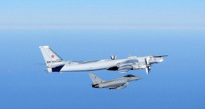 Ruský bombardér Tupolev Tu-95 a britská stíhačka Typhoon