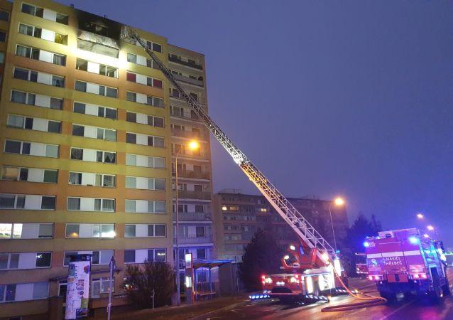 Hasení požáru v obytném domě v Kladně