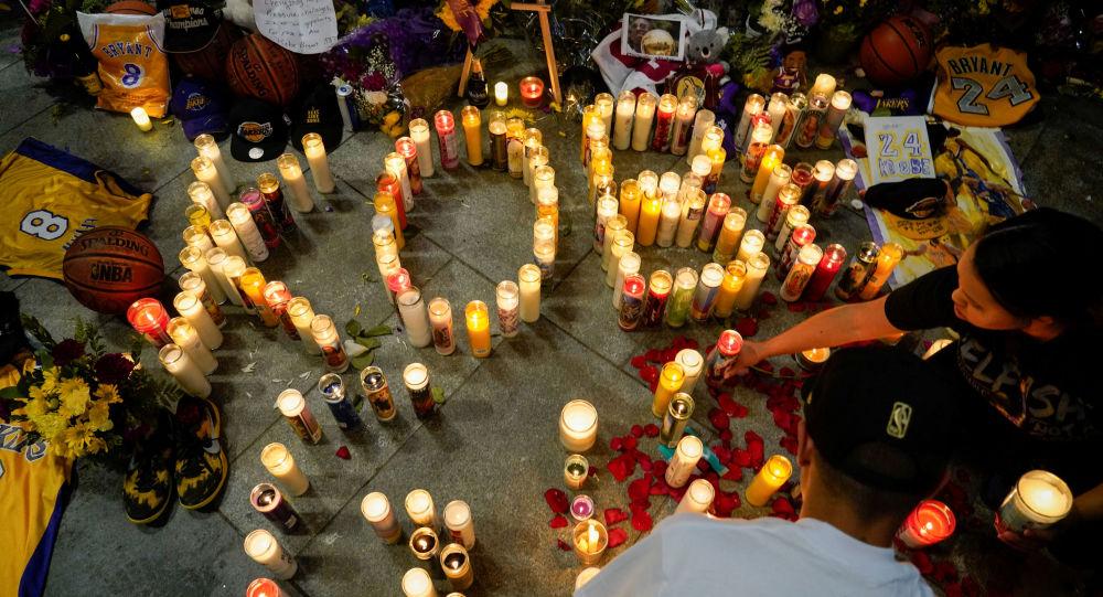 Lidé v Los Angeles truchlí nad smrtí basketbalisty Kobeho Bryanta