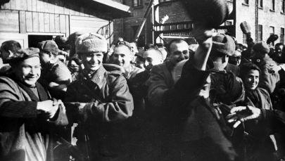 Osvětimští vězni v prvních minutách po osvobození tábora sovětskou armádou