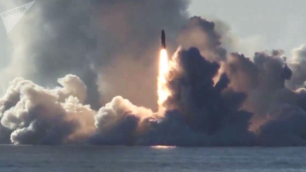 Ruská atomová ponorka Jurij Dolgorukij třídy Borej odpaluje balistickou střelu Bulava v Bílém moři.