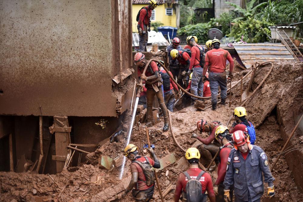 Hasiči pátrají po pohřešovaných osobách při sesuvu půdy ve Vila Bernadette, Belo Horizonte, Minas Gerais, Brazílie