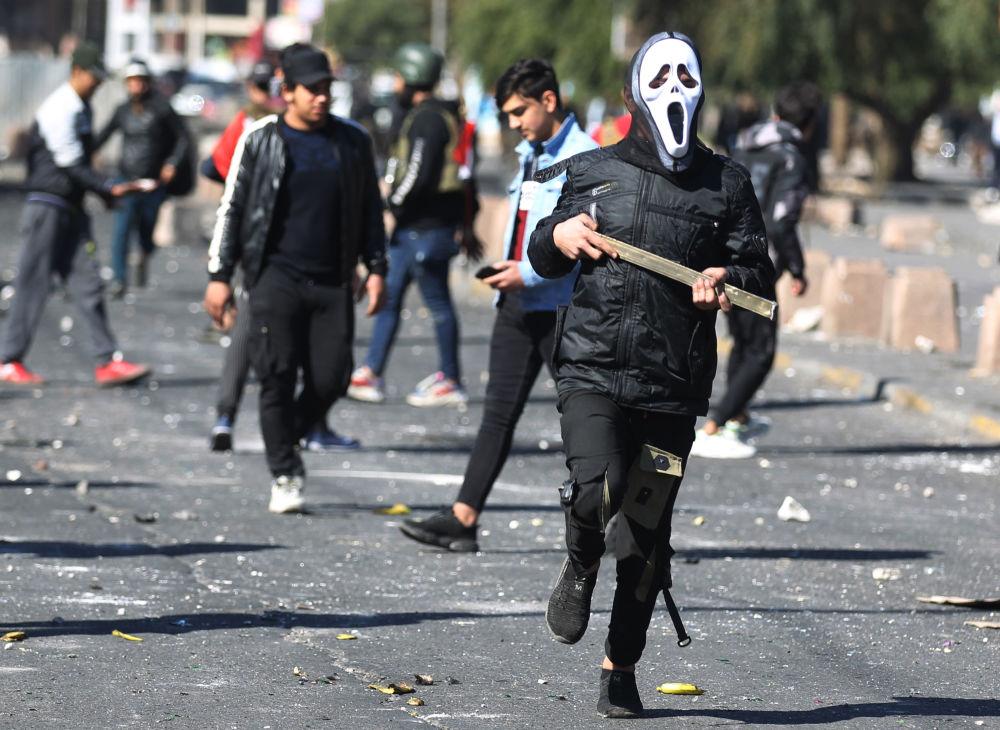Účastníci protivládní demonstrace na náměstí al-Hilani v Bagdádu
