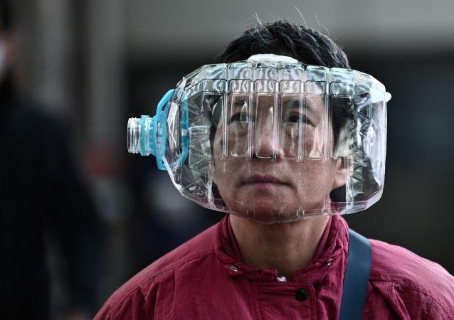 Číňané používají přilby z plastových lahví na ochranu proti smrtelnému koronaviru