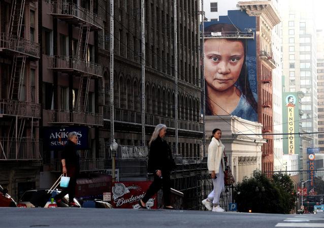 Portrét švédské klimatické aktivistky Grety Thunbergové na strniště v San Franciscu v Kalifornii