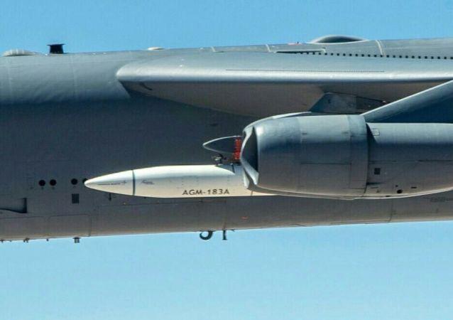 Boeing B-52H s raketou ARRW (Air-Launched Rapid Response Weapon)