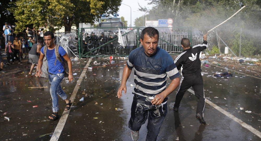 Maďarská policie použila proti migrantům slzný plyn a vodní děla