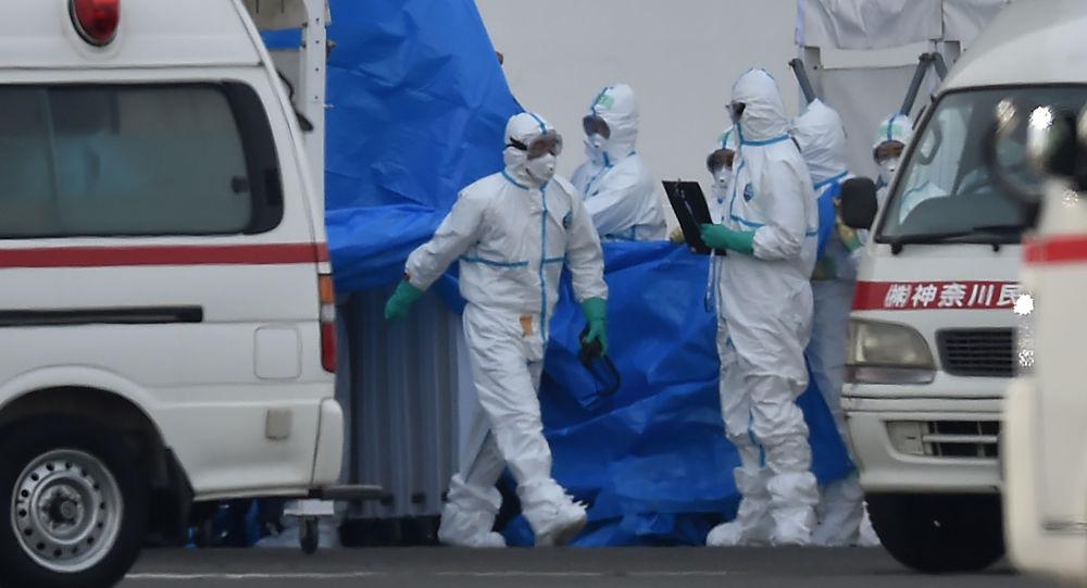 Japonští lékaři v ochranných oblecích
