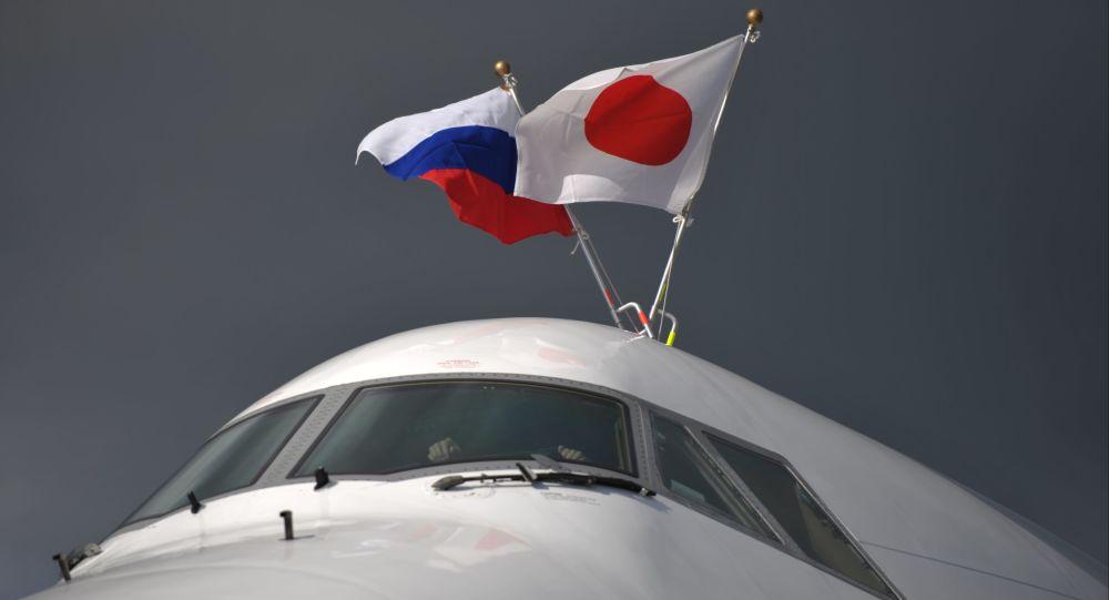 Letadlo s vlajkami Ruska a Japonska