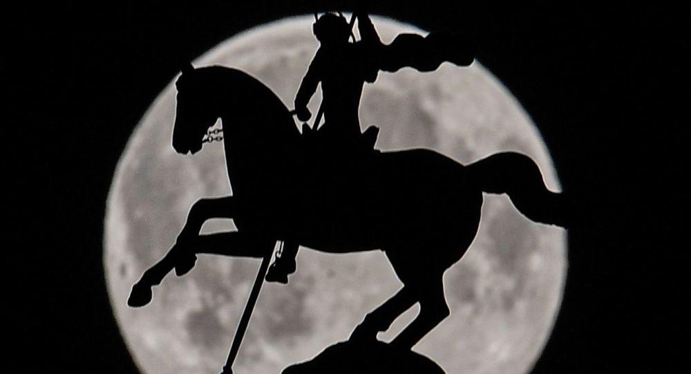 Nejjasnější a největší Měsíc v roce. Svět pozoroval růžový superúplněk