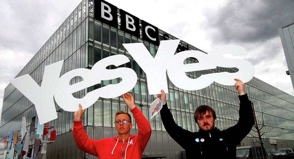 """Skotský politik: BBC se mění na """"hlásič konzervativní propagandy"""""""