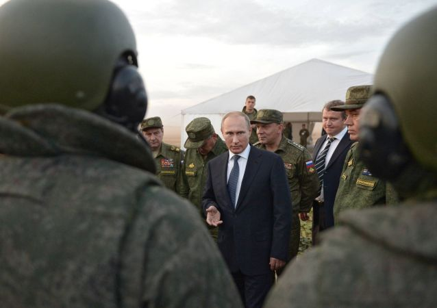 Ruský prezident Vladimir Putin během setkání s konstruktéry vojenské techniky a poddůstojníky