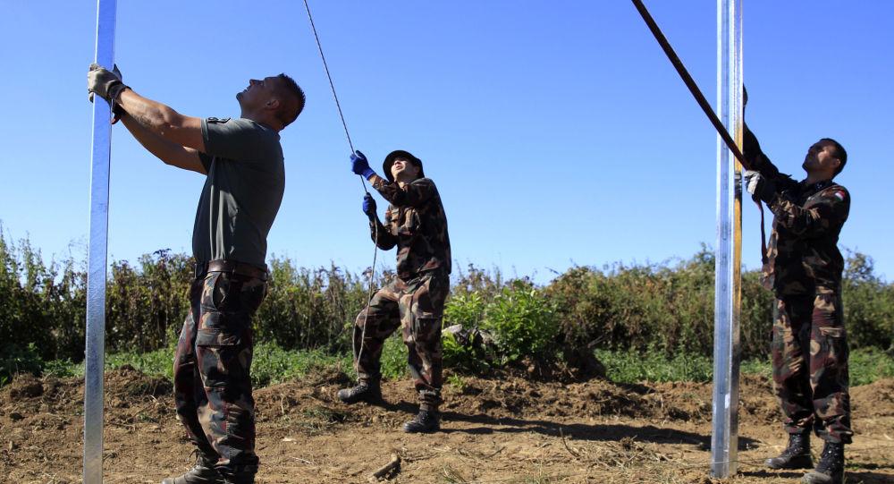 Maďarští vojáci budují plot na hranici s Chorvatskem