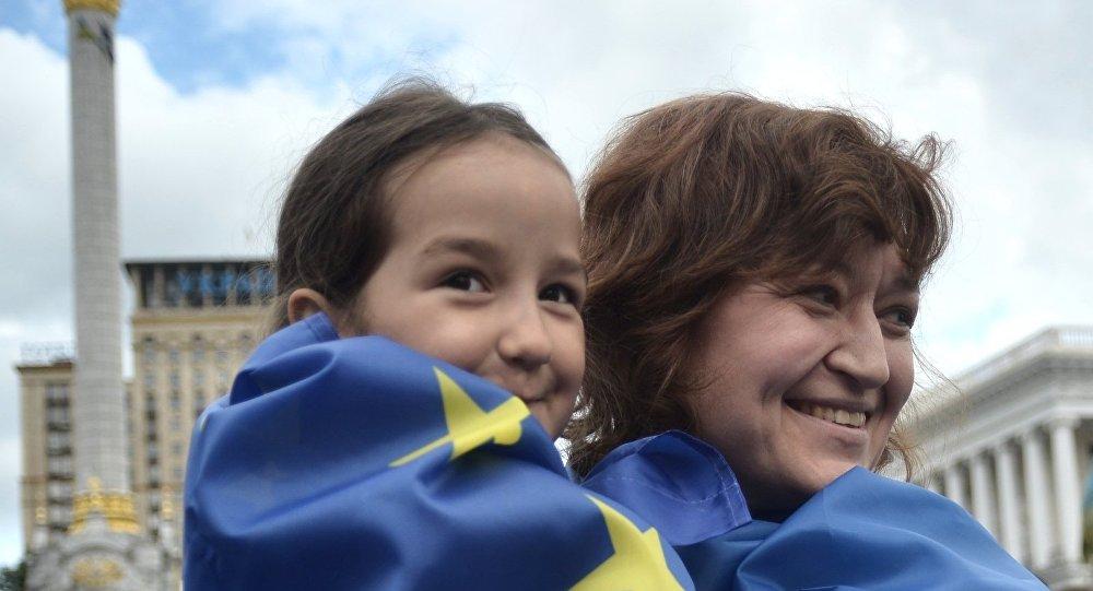 Ženy ve vlajkách Ukrajiny a EU
