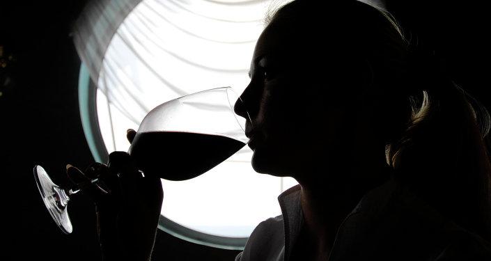 Žena pije víno
