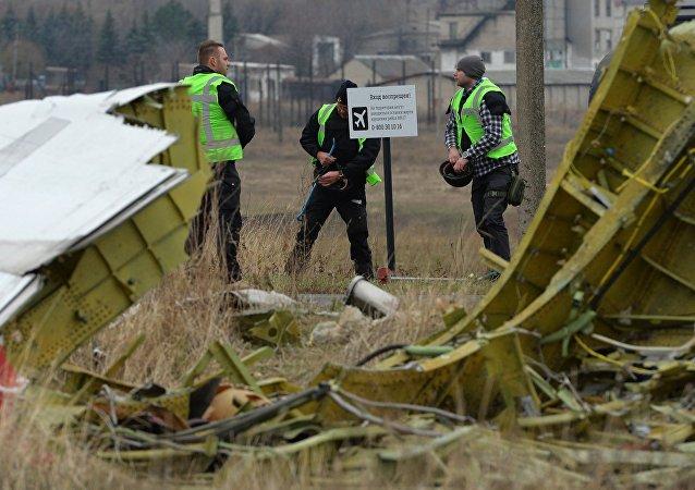 Nizozemští experti pracují na místě havárie MH17