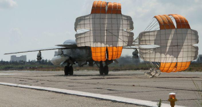 Ruská stíhačka Su-24 na základně v Sýrii