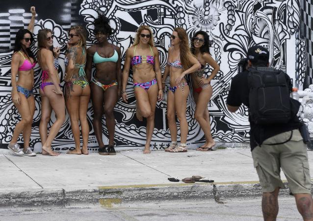 Dívky v opalovačkách během fotografování