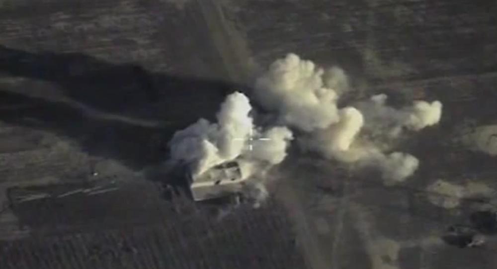 Su-34, Su-24M a Su-25SM útočí na objekty IS v Sýrii. VIDEO
