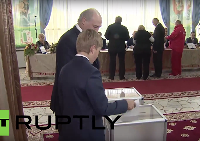 Lukašenko a jeho syn Kolja hlasují na volbách v Minsku