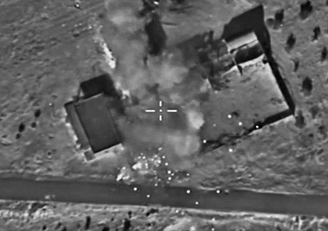 Značná část zásob zbraní, munice a paliva teroristů IS na linii dotyku se syrskou armádou byla zlikvidována v důsledku bodových úderů ruského letectva
